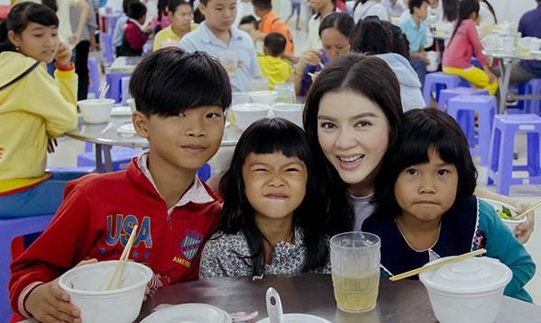 """Với cương vị đại sứ thiện chí của """"chương trình phẫu thuật nụ cười"""", Chủ tịch Quỹ Sheenhok Việt Nam, Đại sứ du lịch của Việt Nam, và nhất là trên cương vị Chủ tịch Quỹ hỗ trợ Phát triển Y tế và Giáo dục Việt Nam, Lý Nhã Kỳ đã nỗ lực vận động các nhà hảo tâm cùng nhau đóng góp cho các chương trình từ thiện nhân đạo."""