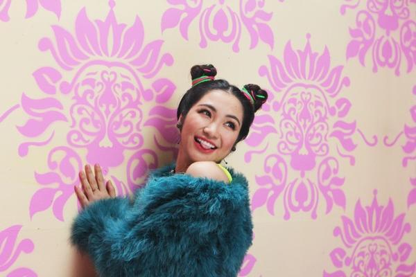 Qua bàn tay đạo diễn Đinh Hà Uyên Thư, sản phẩm này đã khẳng định bước tiến mới trên con đường sự nghiệp của Hòa Minzy trong thời gian sắp tới: Hình ảnh một cô gái sexy, luôn yêu đời, yêu cuộc sống, đặc biệt là rất yêu bản thân mình.
