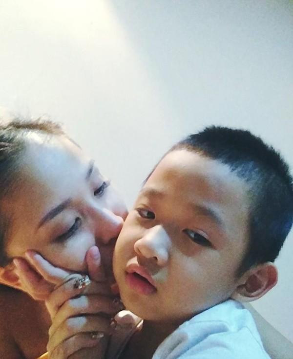 Dù còn nhỏ tuổi nhưng Cu Bin đã tỏ ra rất người lớn, luôn biết cách chăm sóc mẹ.