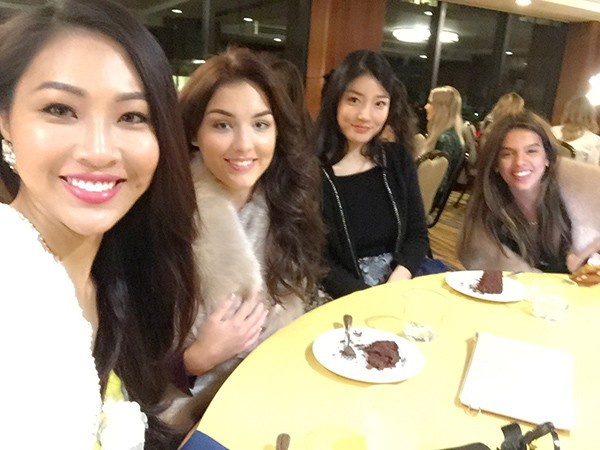 Trương Diệu Ngọc nhanh chóng thân thiết với các người đẹp tại cuộc thi.