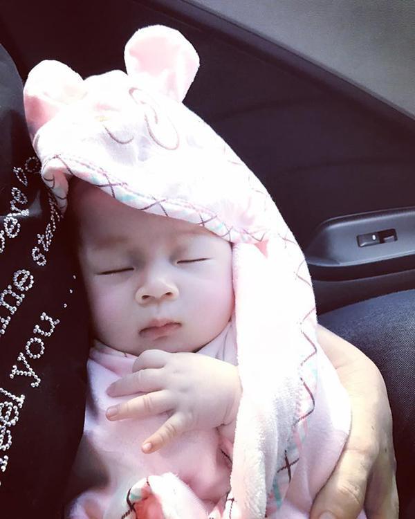 Hình ảnh mới nhất của bé Julia được Diễm Trang chia sẻ trên Facebook cá nhân đã thu hút rất đông sự quan tâm của mọi người. Ai ai cũng dành lời khen cho vé, trộm vía rất trắng, xinh như cục bông.