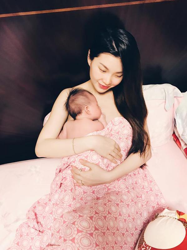 Ngày 30/9, Á hậu Diễm Trang vỡ òa hạnh phúc khi hạ sinh con gái đầu lòng nặng 3,5 kg, dài 50 cm. Bé được mẹ Diễm Trang đặt tên là Julia.