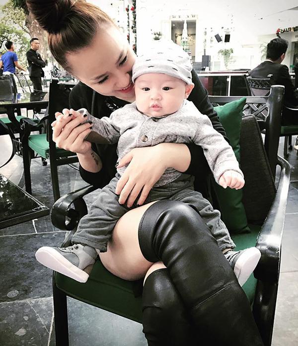 Với vẻ bụ bẫm, dễ thương như này, nhiều cư dân mạng khẳng định bé Bis chính là một trong những nhóc tì mới hot nhất nhì Vbiz.