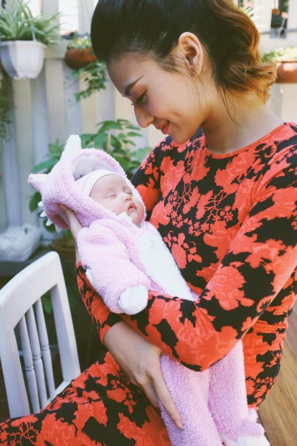 Ngày 12/10, chân dài Hồng Quế đã hạ sinh con gái đầu lòng tại bệnh viện Phụ sản Trung Ương - Hà Nội. Bé được đặt tên ở nhà là Cherry, nặng 2,9 kg.