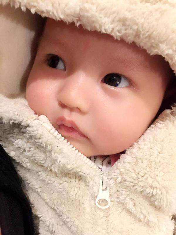 Bé Cherry mới được hơn 1 tháng tuổi nhưng trộm vía rất ngoan, bụ bẫm. Bé có đôi mắt to tròn giống hệt mẹ Hồng Quế.