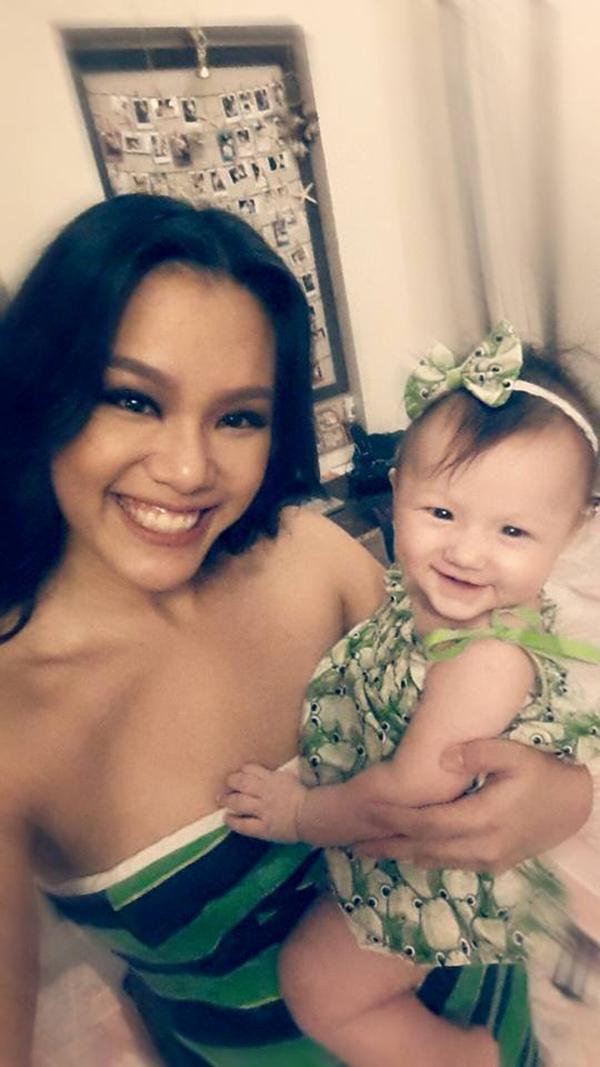 Cô gái con đầu lòng 7 tháng tuổi của ca sĩ Phương Vy vô cùng đáng yêu, xinh gái. Bé liên tục tạo dáng, cười tươi mỗi khi mẹ cầm điện thoại lên chụp ảnh.