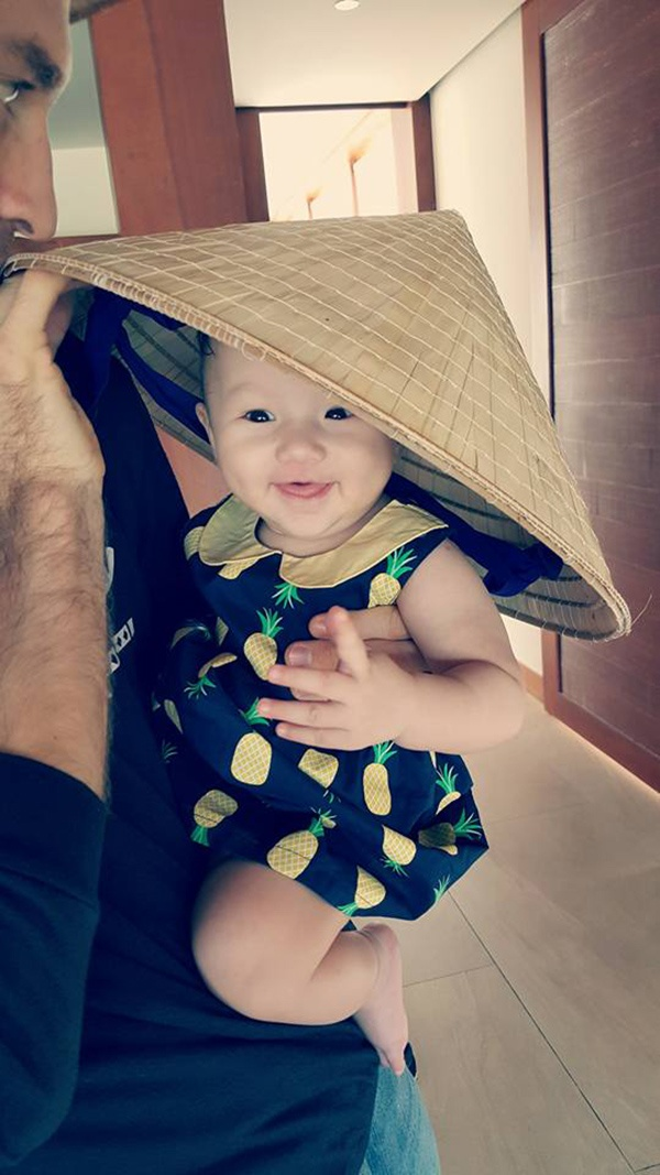 Bé Ailani thừa hưởng nhiều nét đẹp của cả bố và mẹ. Cô bé rất thích thú khi được mẹ Phương Vy cho đội nón lá.