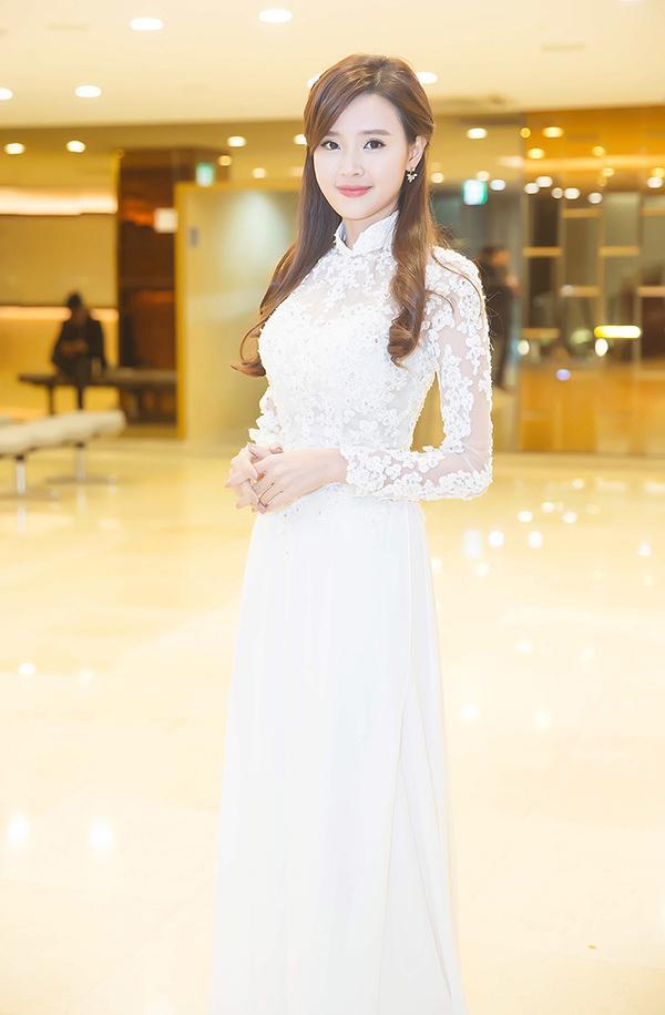 Midu vô cùng xinh đẹp trong tà áo dài trắng.