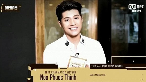 11. Khép lại một năm 2016 đầy thăng hoa, Noo Phước Thịnh trở thành cái tên tiếp theo được xướng lên tại MAMA 2016 cùng danh hiệu Nghệ sĩ châu Áxuất sắc.