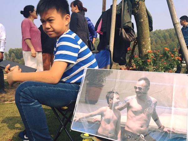 Con trai Trần Lập bên tấm ảnh chụp cùng bố.