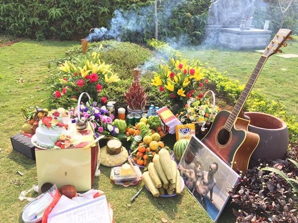Rất nhiều hoa, bánh đã được mang đến để kỷ niệm ngày sinh nhật của Trần Lập.