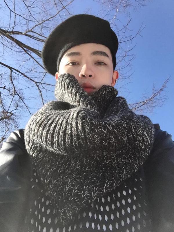 """Khi đi du lịch đến những đất nước lạnh giá như Hàn Quốc hay Nhật Bản thì chiếc mũ nồi chính là phụ kiện """"đinh"""" của anh chàng Kelbin Lei."""