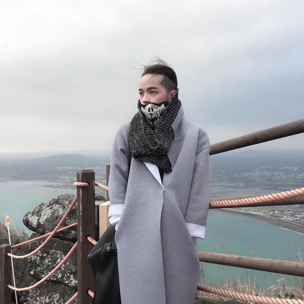 Nếu không biết hòa phối như thế nào với mẫu khăn này thì áo khoác dáng dài chính là tips hay ho từ chàng stylist Kelbin Lei đấy!