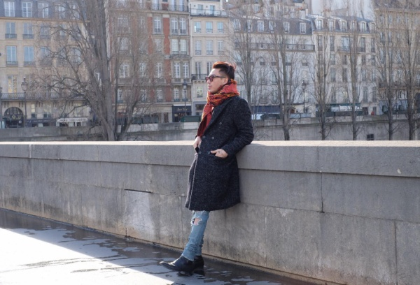 Với khí hậu lạnh giá ùa về thì những mẫu khăn choàng cổ luôn được lòng chàng stylist Hoàng Ku.