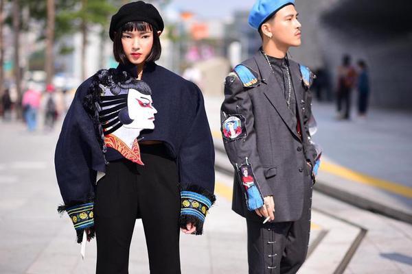 Cặp đôi tín đồ thời trang Châu Bùi Và Cao Minh Thắng gây ấn tượng với cánh săn ảnh khi phối hợp mẫu phụ kiện này cùng trang phục tại Seoul Fashion Week.