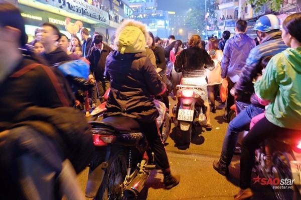 Một số phương tiện xe máy, ô tô vẫn cố chen chân vào dòng người đi bộ gây ách tắc.