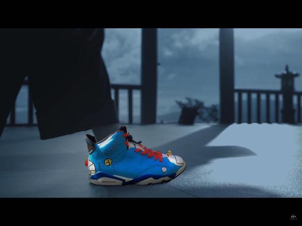Có vẻ với một đôi giày màu xanh lại khá nổi bật và hoàn toàn phản tác dụng trong bối cảnh này.