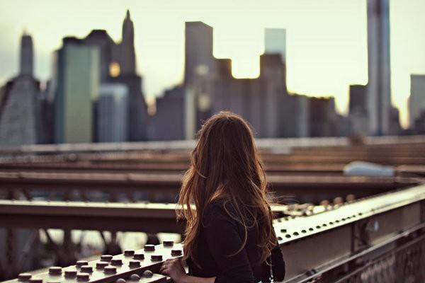 Du lịch một mình: Cách du lịch này sẽ mang lại cho bạn nhiều trải nghiệm mà bạn không hề có khi đi chung với người khác. Hãy chọn một nơi bạn thực sự an toàn mà không phải nơi quen thuộc, rồi tận hưởng cảm giác tự lập và làm quen với những người bạn mới.