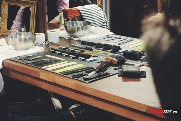 Khác với những tiệm cắt tóc khác tại Hà Nội, dụng cụ cắt tóc ởHouse of Barbaard được bày trí ngăn nắp và khá tinh tế, thể hiện sự chuyên nghiệp trong từng khâu phục vụ của mình.