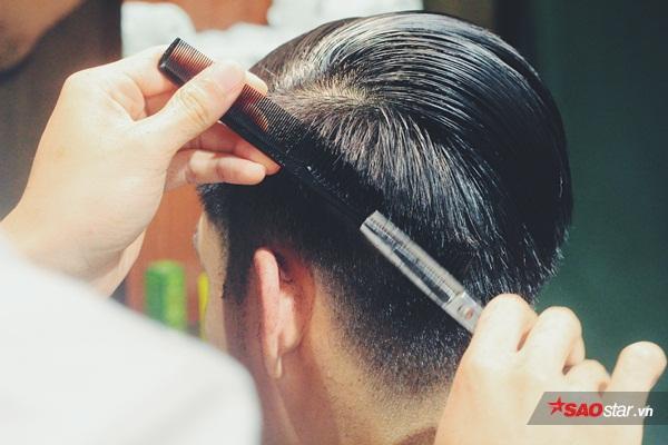 Những người thợ tỉ mỉ cắt tóc cho khách hàng.