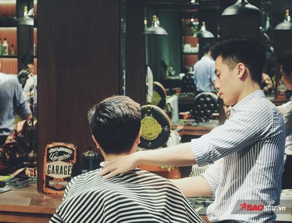 """Một Barbershop đúng nghĩa phải là một """"thánh địa"""" cho phái mạnh. Nơi đây khách hàng có thể thoải mái trò chuyện trong khi thưởng thức nghệ thuật barber chuẩn mực châu Âu cũng như được thư giãn tối đa."""