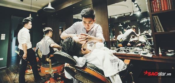 Với kỹ thuật cắt tóc, cạo râu kết hợp chườm khăn nóng, đồ ăn, thức uống và cả xì gà đặc trưng, tiệm cắt tóc độc đáo này hứa hẹn sẽ là một tụ điểm mới của đấng mày râu.