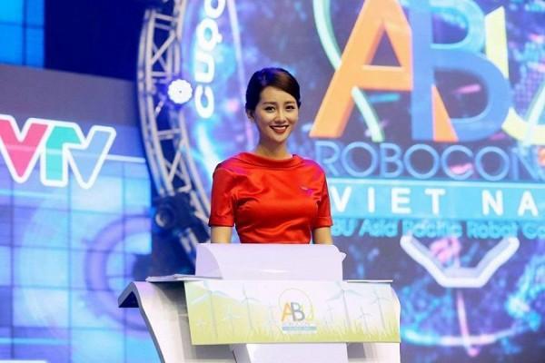 MC Quỳnh Chi vô cùng xinh đẹp.