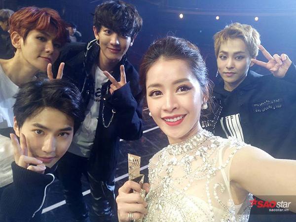 Chụp ảnh selfie thân thiện với nhóm EXO.