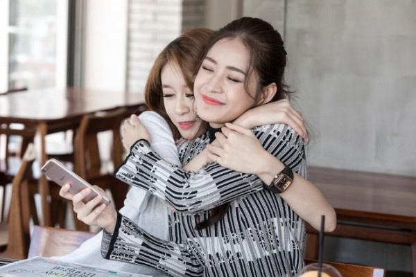 Cũng trong chuyến công tác Hàn Quốc lần đó, Chi Pu còn có dịp gặp gỡ và giao lưu với thành viên Ji-yeon (T-ara). Hai cô nàng cùng nhau ăn trưa và livestream trò chuyện với các fan.