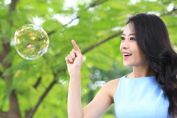 Thể hiện một bài hát nhẹ nhàng, nữ tính không còn là điều khó khăn với Chi Pu khi lần đầu tiên khoe giọng hát ngọt ngào với MV Ngày bồng bềnh vào tháng 8/2016.