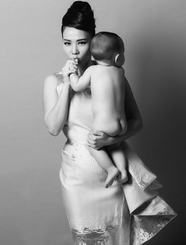 """Đôi lúc người đẹp cũng nhẹ nhàng và nữ tính trong các shoot ảnh cùng với """"thiên thần nhỏ"""" của mình."""