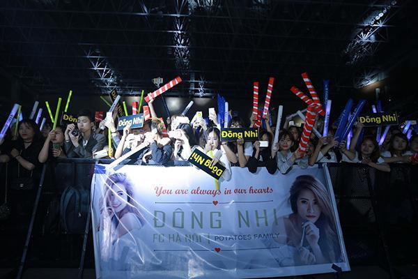 Các fan không ngừng cổ vũ cho nữ ca sĩ.