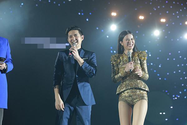 Cả hai khiến fan phấn khích khi giao lưu hài hước trên sân khấu.