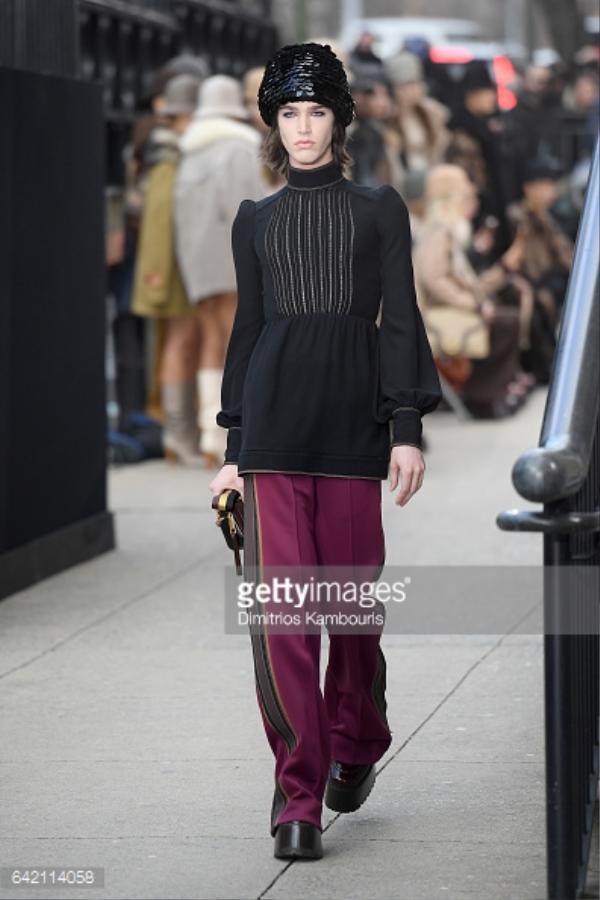 Avie nữ tính trong trang phục của Marc Jacobs tại New York Fashion Week 2017.