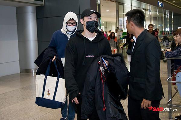 Khoảng 30 phút sau, các thành viên còn lại gồm P.O, B-Bomb và U-Kwon cũng có mặt ở sân bay Tân Sơn Nhất.