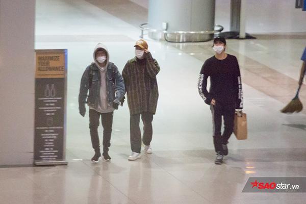 Ba thành viên Jaehyo, Taeil và Park Kyung đến Việt Nam đầu tiên.