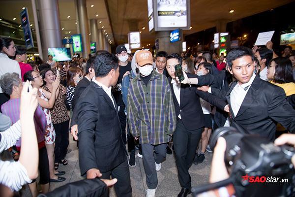 Nhóm vô cùng bất ngờ khi thấy fan Việt đứng đợi mình cả đêm.