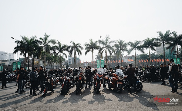Ngay từ sáng sớm, rất đông các biker đã có mặt để chuẩn bị cho buổi diễu hành đặc biệt.