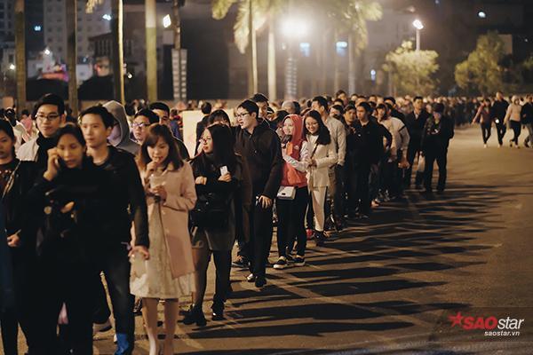 Khán giả thủ đô xếp hàng dài đến với đêm nhạc.