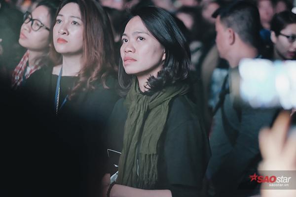 Vợ Trần Lập chăm chú theo dõi các phần trình diễn.