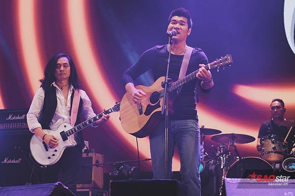 Tạ Quang Thắng xuất hiện với cây đàn ghita và hát ca khúc Trở về.