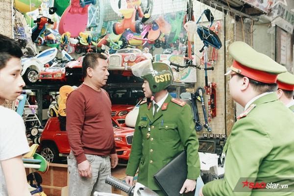 Lực lượng công an làm việc với chủ một cửa hàng đồ chơi. Chủ cửa hàng bực tức, chửi tục khi bị lập biên bản.