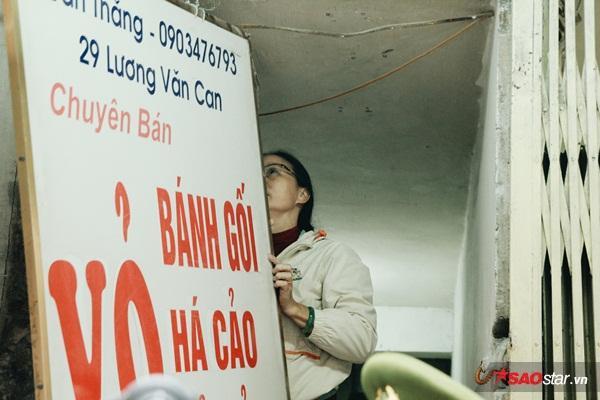 Hộ kinh doanh bánh gối ở số 29 Lương Văn Can phải tiến hành tháo dỡ biển quảng cáo lấn chiếm vỉa hè.