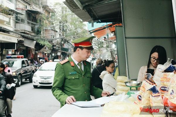 Sau quận 1 và quận 3 ở TP HCM, các lực lượng công an, dân phòng của các phường và quận Hoàn Kiếm (Hà Nội) đã đồng loạt đi kiểm tra, xử phạt các hành vi lấn chiếm vỉa hè ở dọc các tuyến phố Hàng Ngang, Hàng Đào, Hàng Lương Văn Can…