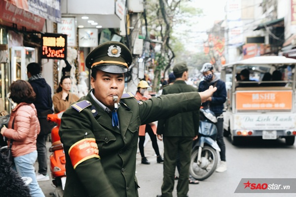 Đoàn công tác liên ngành của UBND quận Hoàn Kiếm gồm cảnh sát, trật tự đô thị, dân phòng… ra quân chấn chỉnh tình trạng lấn chiếm vỉa hè, lòng lề đường.