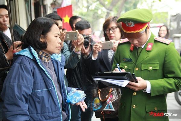 Công an quận Hoàn Kiếm tiến hành lập biên bản ngay tại chỗ một số hộ kinh doanh vì mang bàn ghế, đồ ăn lấn chiếm toàn bộ vỉa hè khiến người đi bộ phải xuống lòng đường.