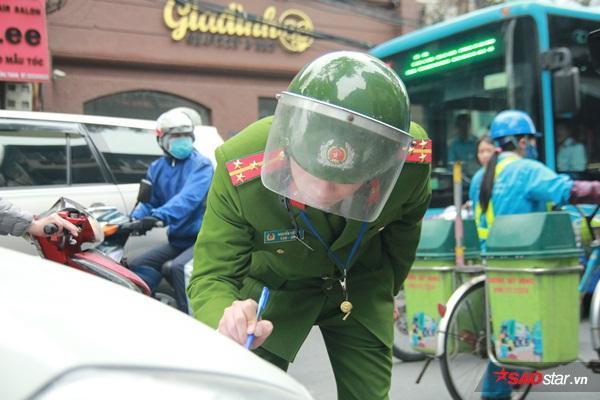 Lực lượng chức năng ký vào giấy niêm phong xe.