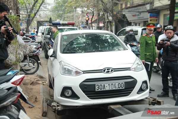 Tại khu vực Đường Thành, đoàn công tác phát hiện một ôtô mang BKS 30A104.00 đỗ trước một cửa hàng thời trang. Do tài xế không có mặt để ký biên bản vi phạm cho nên lực lượng chức năng đã tiến hành niêm phong.
