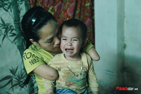 Bé Khôi hay đau ốmnhưng chị Cậy không nề hà việc gì vẫn tự mình chăm sóc cho con.
