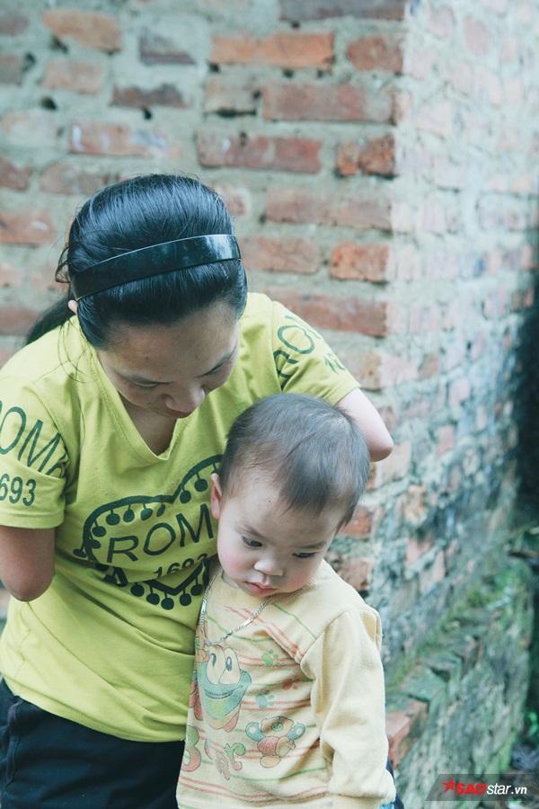 Người phụ nữ tật nguyền đầy nghị lực mong muốn dành những điều tốt đẹp nhất cho con.